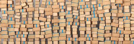 Viele gestapelte Kartons und Boxen beim Umzug als Panorama Header Stock Photo