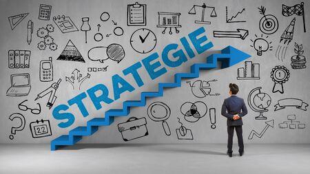 Geschäftsmann steht vor einer Wand mit Treppe und der Aufschrift Strategie als Planung Konzept