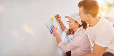 Choose a couple when choosing a wall paint when renovating a family home Archivio Fotografico - 150631177