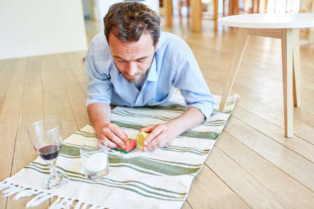 Hausmann removes red wine patches on carpet with salt and lemon as home remedy Archivio Fotografico
