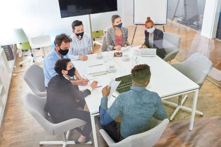 Business team sits at a table in a meeting or workshop Banque d'images