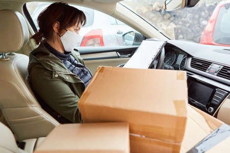 Subcontractors as parcel delivery men with parcels in the car for Christmas deliveries Standard-Bild