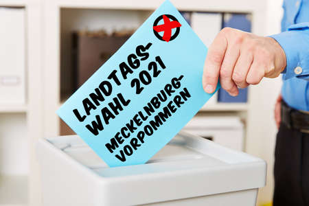 Hand when voting for the state election 2021 Mecklenburg Vorpommern (German for: state election 2021 Mecklenburg-Western Pomerania) 免版税图像