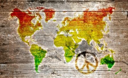 reggae: Panneau en bois - symbole de paix rasta à worldmap Banque d'images