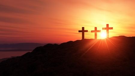 3 Kreuze auf dem Hügel bei Sonnenuntergang