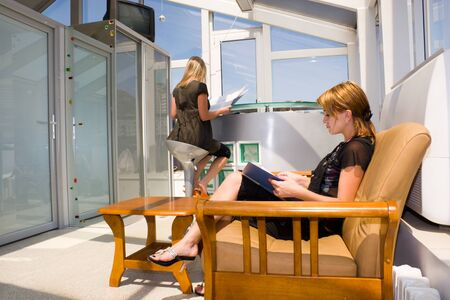 beauty shop: Sal�n de belleza. Clientelismo leyendo revistas en una sala de espera. Foto de archivo