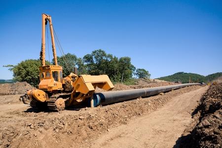 Machine to Rohre drehen, bevor steckte sie in Graben in einem Pipeline-Bau Standard-Bild - 12720841