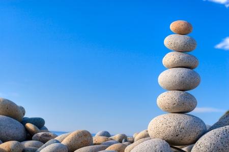 Runde Steine ??auf einem Hintergrund des blauen Himmels Standard-Bild - 12728959