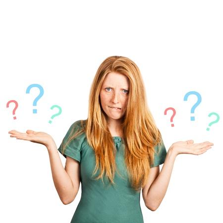 uncertain: chica pelirroja enfrenta a una elecci�n aislado en un fondo blanco, la celebraci�n de una serie de preguntas marca en sus manos.