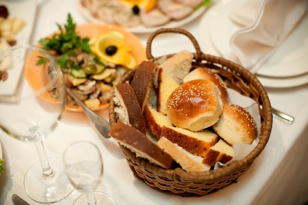 canasta de pan: mesa de restaurante, pan en una cesta Foto de archivo