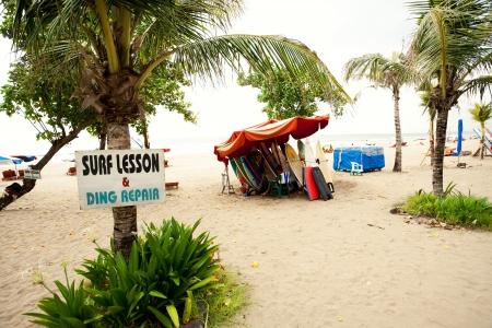 """BALI-28. Dezember: Legian Strand. unterzeichnen """"Surfkurs & Ding Repair"""" auf Dec, 27 2012 Bali, Indonesien. Legian ist ein Vorort und Strand an der Westküste von Bali nördlich von Kuta und südlich von Seminyak. Standard-Bild - 19739311"""