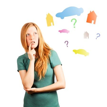 Rothaarige Mädchen Denken auf einem weißen Hintergrund, mit Blick auf farbige Autos, Häuser und Fragen Standard-Bild - 20535265