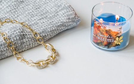 Sweater Weather Candle with Sweater and Necklace Flat Lay 版權商用圖片