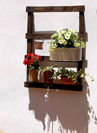 potten en zonnestraal op de moderne Andalusische binnenplaats Stockfoto