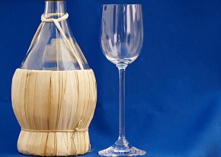 chianti vine bottle and glass Фото со стока