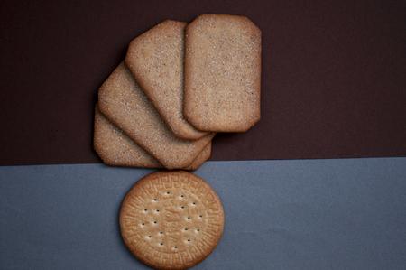 galletas integrales: galletas cuadradas y redondas Foto de archivo