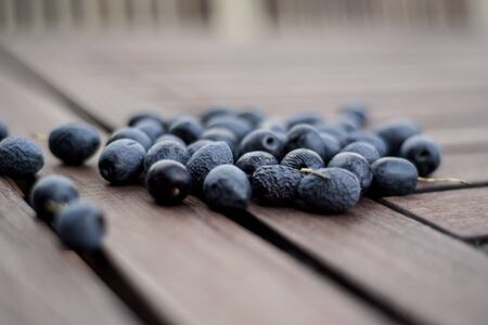 black ripe olives on the wooden table 版權商用圖片