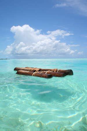 jangada: barco de madera de balsa en una laguna de la isla de Maldivas