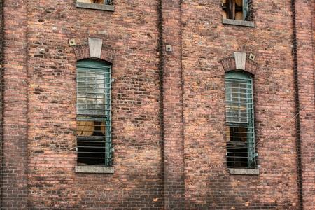 rejas de hierro: Pared de ladrillo destiler�a con grandes barras de hierro pesada