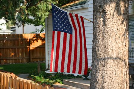 집 뒤뜰에 미국 국기를 표시하는 집 스톡 콘텐츠