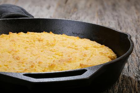 mazorca de maiz: El pan de maíz cocido en sartén de hierro plana representada sobre una mesa rústica