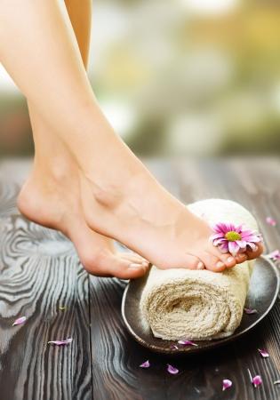 mani e piedi: Bella donna gambe e fiore