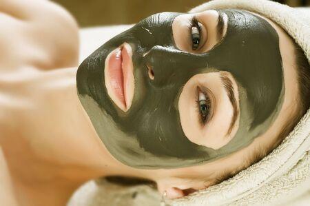 medical mask: M�scara de barro de Spa en la cara de la mujer