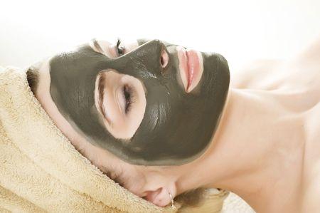 femme masqu�e: Spa boue masque sur le visage de la femme