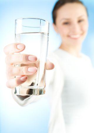 tomando refresco: Joven saludable con vaso de agua fresca