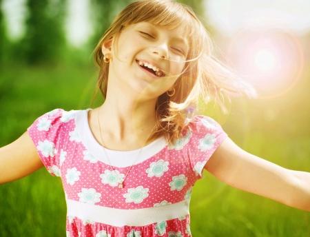 enfants qui rient: Petite fille heureux en plein air  Banque d'images