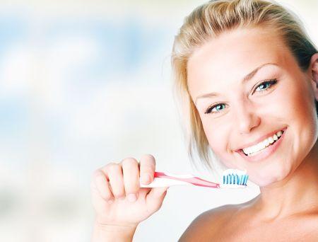 aseo: Joven y bella mujer saludable, cepillarse los dientes