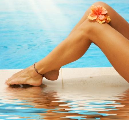 jolie pieds: Vacances concept.Legs dans la piscine.