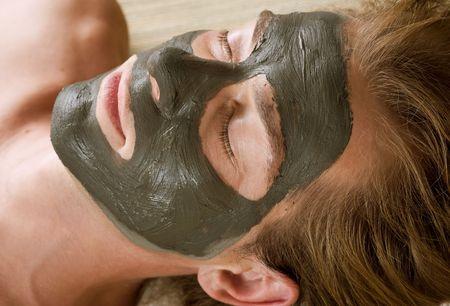levantandose: Spa.Handsome hombre con una m�scara de barro en su cara