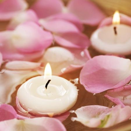 agua: Spa flotante de velas y pétalos de rosas en el agua  Foto de archivo