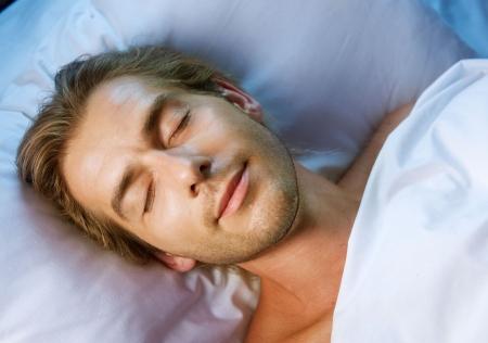 gente durmiendo: Hombre guapo dormido en su cama