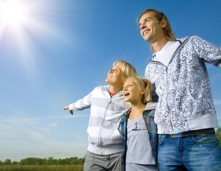 hoopt: Gezonde familie Outdoor.Happy vader met kinderen over blauwe hemel Stockfoto