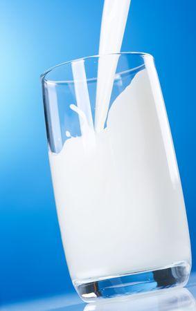 vaso de leche: Verter la leche fresca saludable