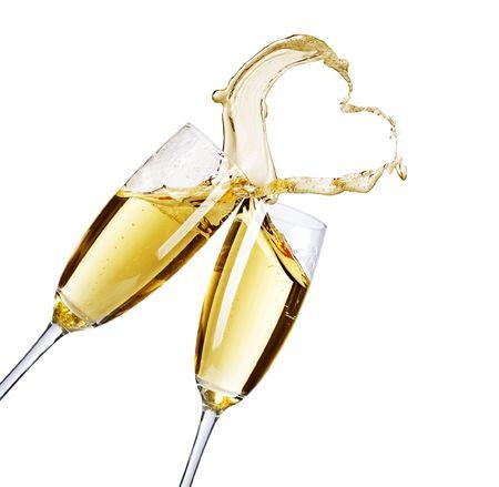 brindisi spumante: Due bicchieri di champagne con astratta spruzzata di cuore