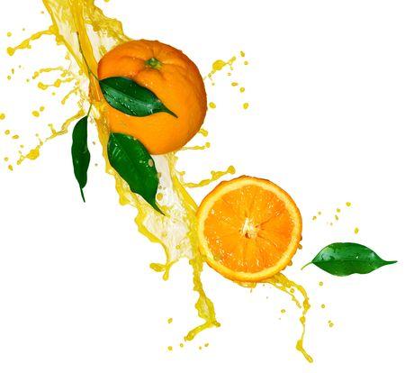 naranja: Zumo de naranja aislado en blanco