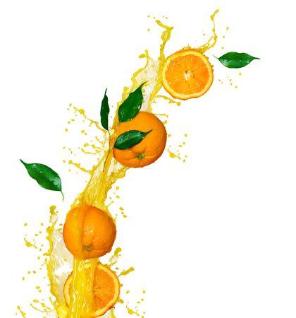 Zumo de naranja aislado en blanco