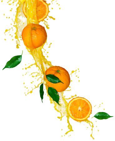 白で隔離されるオレンジ ジュース