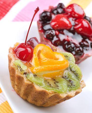 rebanada de pastel: Pastel con frutos sobre blanco