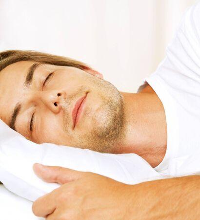 gente durmiendo: Young Man dormido en su cama
