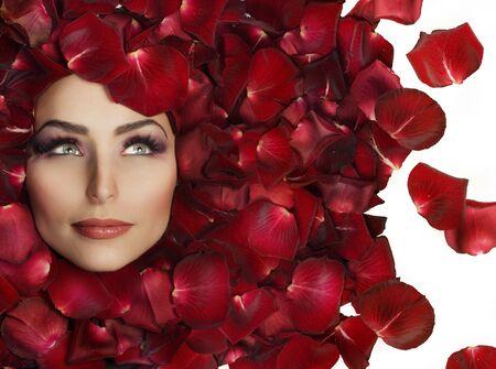 mujer con rosas: La mujer hermosa cara y Rosa petals.Perfect Skin Foto de archivo