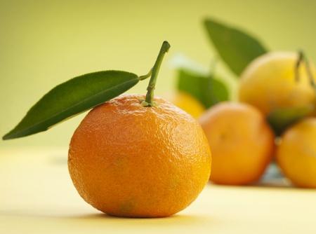 naranjas: Mandarinas maduras con hojas Foto de archivo