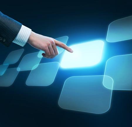 touchscreen: Mano del hombre al presionar el bot�n.Concepto de elecci�n.Pantalla t�ctil Foto de archivo