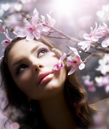 l natural: Beautiful Spring Girl with flowers