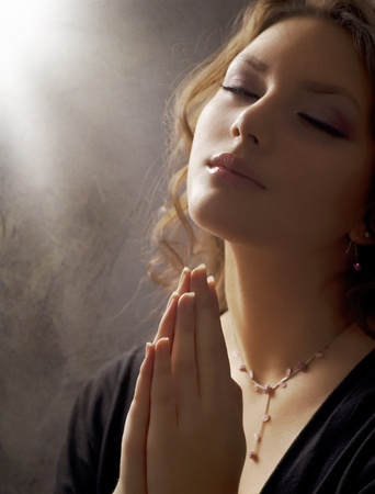 mujer orando: Orando hermosa mujer