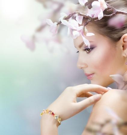 Ragazza bella primavera con fiori