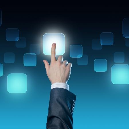 touchscreen: Mano del hombre al presionar el bot�n Foto de archivo